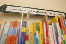 Bücherregal in der Kinderbibliothek